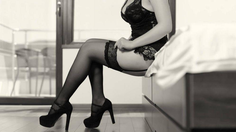 Mujer Coqueteando A Otra 369341